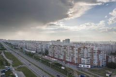 Stadtlandschaft mit Blick auf das Allee tratorostroiteley mit der Sturmwolke vor einem starken Gewitter Horizontaler Rahmen C Stockfotografie