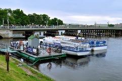 Stadtlandschaft mit den Vergnügungsdampfern, die am Pier von Neva-Fluss in St Petersburg, Russland stehen Lizenzfreie Stockfotos