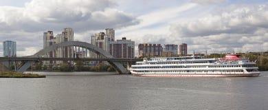 Stadtlandschaft mit Fluss und Schiff in Moskau Stockbilder