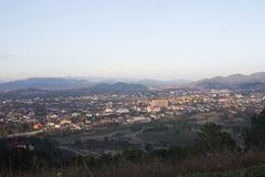 Stadtlandschaft mit Gebirgs- und Himmelhintergrund lizenzfreie stockfotos