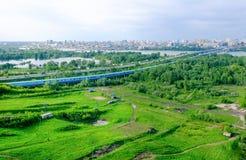 Stadtlandschaft mit grünem Gras und Bäumen Stockfotos
