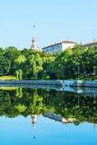 Stadtlandschaft mit Reflexionsufer im ruhigen Wasser des ri Lizenzfreie Stockbilder