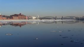 Stadtlandschaft nahe Bolsheokhtinsky-Brücke während des Frühlingseisgangs St Petersburg stock footage