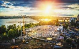 Stadtlandschaft, Sonnenuntergang in Voronezh, Russland, Ansicht der Nordbrücke und des Gebäudes auf Leninsky-Allee Stockbilder