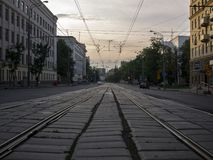 Stadtlandschaft-whith Rillenschiene, die in den Abstand am Sommerabend ausdehnt Lizenzfreie Stockbilder