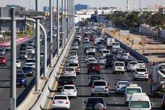 Stadtlandstraße in Abu Dhabi stockfotografie