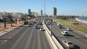 Stadtlandstraße in Abu Dhabi stock video