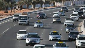 Stadtlandstraße in Abu Dhabi stock video footage