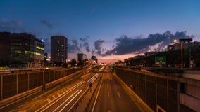 Stadtlandstraße bis zum blauer Stunde stock footage