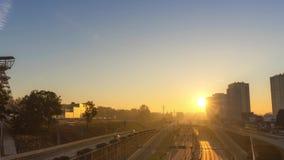 Stadtlandstraße bis zum goldener Stunde stock footage