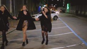 Stadtlichter des Mädchennachtherausparteibesonderen anlasses stock video footage
