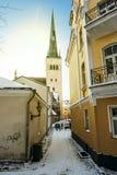 Stadtmauer und Kathedrale von St. Olaf in altem Tallinn Estland Lizenzfreie Stockfotos