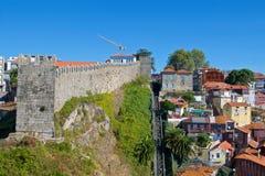 Stadtmauern mit Guindal funikulär in altem Porto, Portugal stockbild