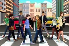 Stadtmenschen, welche die Straße während der Hauptverkehrszeit kreuzen Lizenzfreie Stockfotos