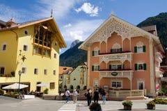 Stadtmitte von Ortisei lizenzfreies stockfoto