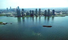 Stadtmitteluftpanoramaansicht New York City Manhattan mit Wolkenkratzern und blauem Himmel am Tag Lizenzfreies Stockbild