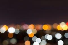 Stadtnacht mit bewölktem Himmel, abstraktes Unschärfe bokeh Licht Lizenzfreie Stockfotografie