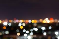 Stadtnacht mit bewölktem Himmel, abstraktes Unschärfe bokeh Licht Stockfotografie