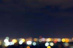 Stadtnacht mit bewölktem Himmel, abstraktes Unschärfe bokeh Licht Stockfoto