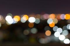 Stadtnacht mit bewölktem Himmel, abstraktes Unschärfe bokeh Licht Lizenzfreies Stockfoto