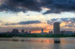 Stadtnacht und der Fluss Stockfotografie
