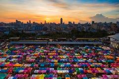 Stadtnachtmarktvogelperspektive mit der Stadt im Stadtzentrum gelegen Stockfotos