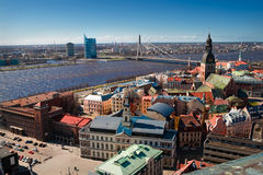 Stadtpanaram und -ansicht über eine Brücke in Riga lizenzfreie stockfotos