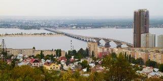 Stadtpanorama auf dem Fluss Stockbild
