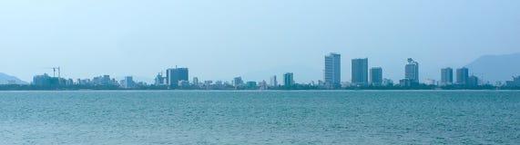 Stadtpanorama vom Meer. Vietnam. Nha Trang. Lizenzfreie Stockfotografie