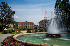 Stadtpark mit Brunnen Lizenzfreie Stockfotos