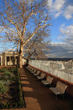 Stadtpark mit drastischem Himmel Stockfoto