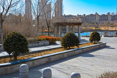 Stadtpark mit einem Teich in China Stockbilder