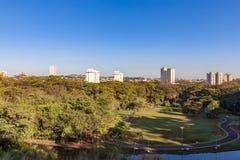 Stadtpark Ribeirao Preto, alias Curupira-Park Stockfotografie