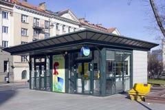 Stadtpavillon, in dem durch elektronische Karten verkauft wird Stockbilder