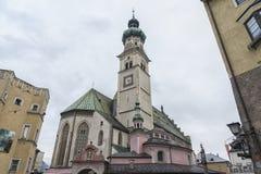 Stadtpfarrkirchen för St Nicolas'sen för församlingkyrka på den centrala fyrkanten Oberer Stadtplatz, i Hall i Tyrol royaltyfri foto