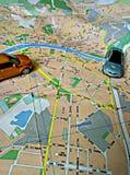 Stadtplan und Autos auf ihm stockfoto