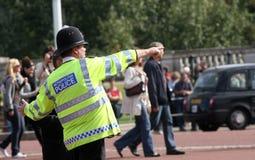 Stadtpolizeibeamte, der Richtungen gibt Stockfoto