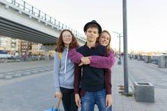 Stadtporträt im Freien von drei jugendlich Jungen und von Mädchen 13, 14 Jahre der Freunde alt stockfotografie