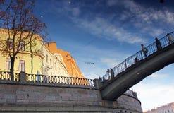 Stadtreflexion im Kanal Stockbilder