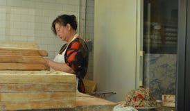 Stadtrestaurant-Arbeitnehmerin New York City Korea, die koreanische Mehlklöße einwickelt lizenzfreies stockfoto