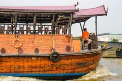 Stadtrundfahrt von Bangkok in einem Boot Stockbilder