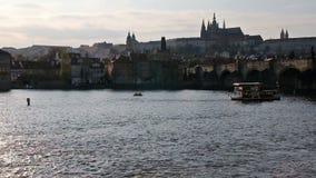 Stadtschloss und -fluß während des Sonnenuntergangs stock video footage