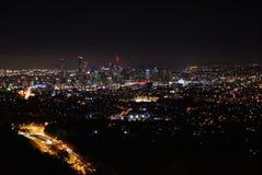 Stadtskyline bis zum Nacht stockbilder