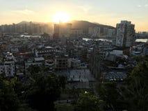 Stadtskyline entlang dem Sonnenaufgang Stockbilder