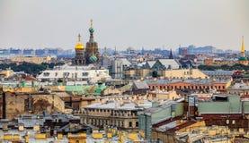 Stadtskyline mit der Kirche des Retters auf Spilled Blut vom Dach des Heiligen Isaac& x27; s-Kathedrale in St Petersburg, Russlan lizenzfreie stockfotos