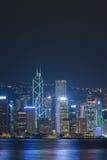 Stadtskyline ONG Kong nachts über Victoria Harbor Stockbild