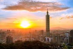 Stadtskyline Taipehs, Taiwan an der Dämmerung Lizenzfreie Stockfotos