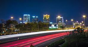 Stadtskyline- und -landstraßenverkehrsspuren Birminghams Alabama Stockfotos