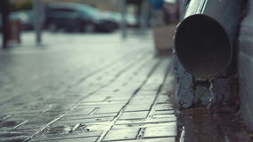 Stadtstraße im starken Regen stock video