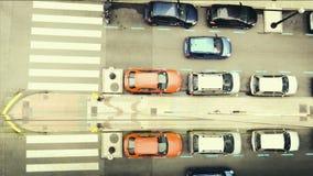 Stadtstraße mit Autos und Zebrastreifen Draufsicht stock footage